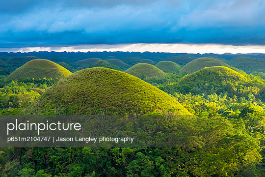 Chocolate Hills in late afternoon, Carmen, Bohol, Central Visayas, Philippines - p651m2104747 by Jason Langley photography