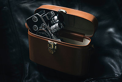 Alte Filmkamera mit Ledertasche - p1180m1017234 von chillagano