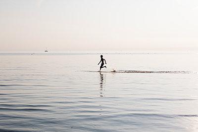 Junger Mann im Wasser - p1212m1178662 von harry + lidy