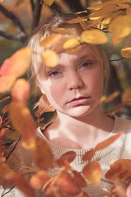Teenage girl in an autumn forest - p1323m2128490 von Sarah Toure