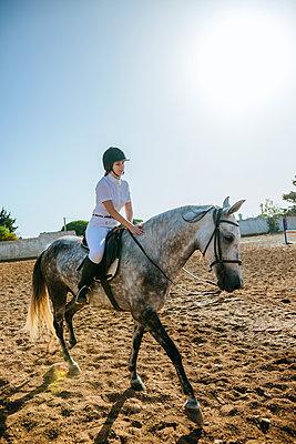 Young woman riding on horse - p300m1494741 by Kiko Jimenez