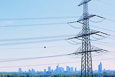 Strommast und Skyline - p606m1145895 von Iris Friedrich
