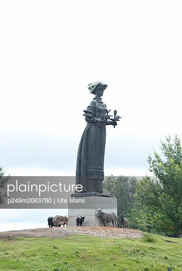 Statue mit Eseln - p249m2063780 von Ute Mans
