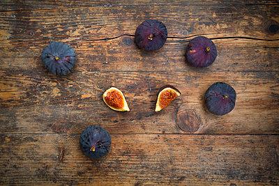 Organic figs on wood - p300m1536088 by Larissa Veronesi