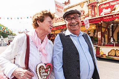 Senior couple having fun on fair - p300m1588158 von Uwe Umstätter
