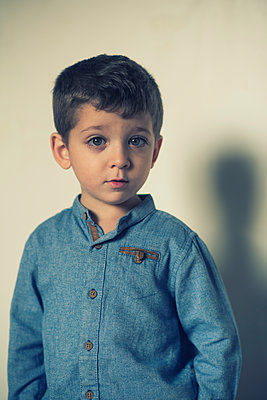 Cute little boy looking at camera  - p794m2031113 by Mohamad Itani