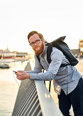 Mann an Uferpromenade mit Smartphone - p1124m1169966 von Willing-Holtz