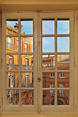 Altes Fenster - p1540m2100957 von Marie Tercafs