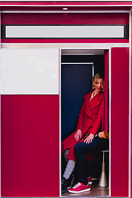 Young couple sitting in a photo booth - p300m2170161 by Francesco Morandini