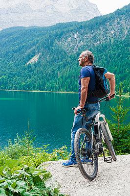 Senior man with e-bike - p300m2197915 by Daniel Ingold