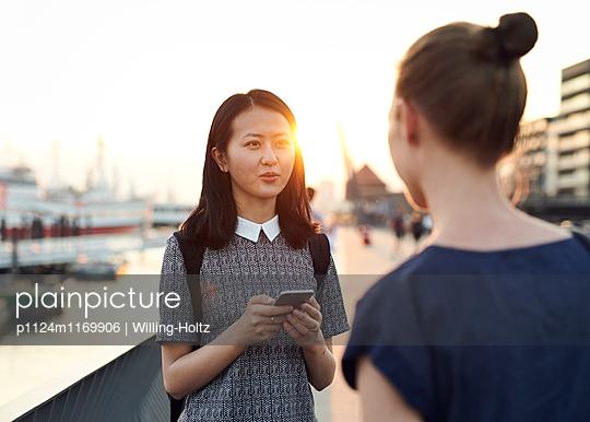 Zwei Frauen im Gespräch auf Uferpromenade - p1124m1169906 von Willing-Holtz