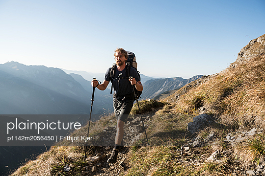 Junger Wanderer in den Bergen  - p1142m2056450 von Runar Lind