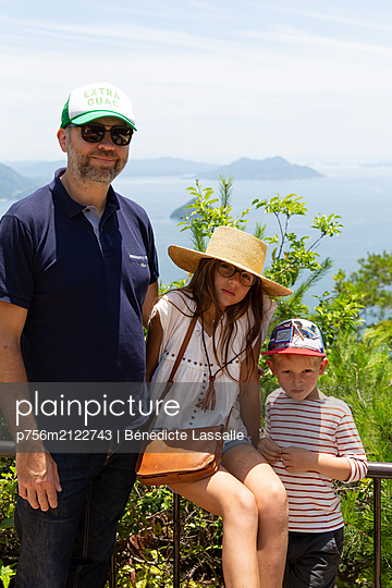 Father and two children on vacation - p756m2122743 by Bénédicte Lassalle