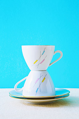 Stack of two coffee cups - p1149m2092445 by Yvonne Röder