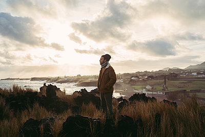 Man standing in wild landscape at the coast, Sao Miguel Island, Azores, Portugal - p300m2179867 by VITTA GALLERY