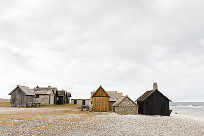 Fishing huts on beach in Faro, Sweden - p352m1536438 by Åke Nyqvist