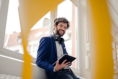 Young businessman using tablet computer - p586m1562026 by Kniel Synnatzschke