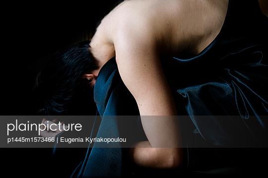 Trauergebeugt - p1445m1573466 von Eugenia Kyriakopoulou