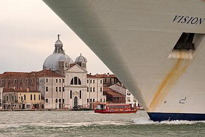 Riesiges Kreuzfahrtschiff vor Redentore-Kirche im Giudecca-Kanal, Venedig II - p1493m1584949 von Alexander Mertsch