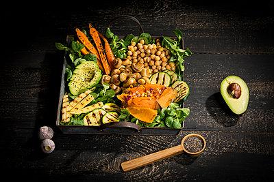 Various vegetables, lamb's lettuce, chia, pine nuts and garlic - p300m2081166 von Roman Märzinger
