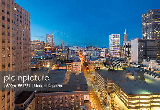 USA, California, San Francisco, Chinatown, Financial District, Coit Tower in the evening - p300m1581751 von Markus Kapferer