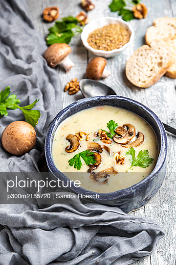 Bowl of German spelt soup with mushrooms, walnuts and parsley - p300m2155720 by Sandra Roesch