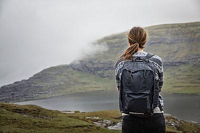 Woman looking at lake - p312m1570510 by Anna Kern