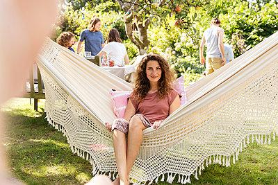 Friends in allotment garden - p788m2031156 by Lisa Krechting