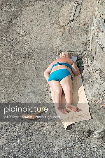Frau beim Sonnenbaden - p1292m1169458 von Niels Schubert