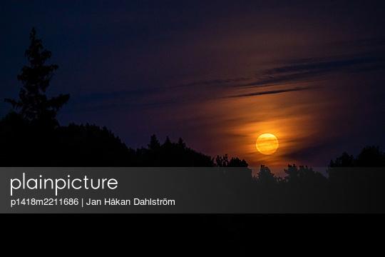 Moon rising - p1418m2211686 by Jan Håkan Dahlström