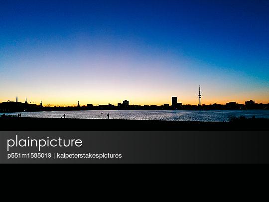 Hamburg Skyline bei Sonnennuntergang - p551m1585019 von Kai Peters