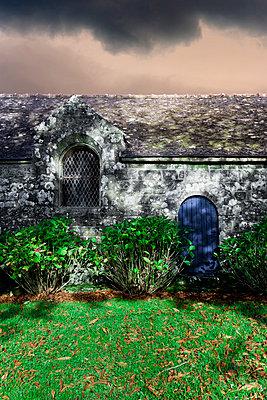 Blaue Tür in der Mauer - p248m859144 von BY
