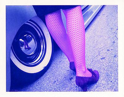 Frau vor Chevrolet Pick-Up - p3420534 von Thorsten Marquardt