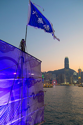 Junk boat in Victoria Harbour at dusk, Hong Kong Island, Hong Kong - p651m2033258 by Ian Trower