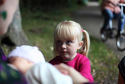 Kleines Mädchen - p906m945836 von Wassily Zittel