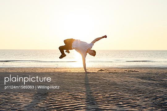 Akrobat am Strand - p1124m1589363 von Willing-Holtz