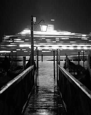Blick auf Kreuzfahrtschiff vor Venedig am Ufer des Giudecca-Kanals, schwarzweiß - p1493m1584576 von Alexander Mertsch