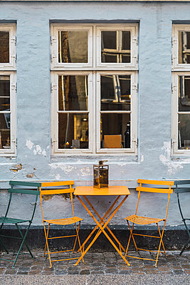 Denmark, Copenhagen, Tables infront of a pavement cafe - p300m2102554 by VITTA GALLERY