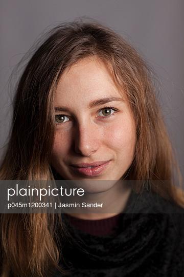 Portrait - p045m1200341 von Jasmin Sander