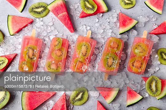 Homemade watermelon kiwi ice lollies - p300m1587378 von Retales Botijero