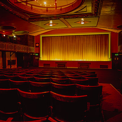 Great Britain, Sudbury, Empty seats in the cinema - p1082m2244960 by Daniel Allan