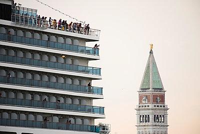 Riesiges Kreuzfahrtschiff vor dem Campanile vom Markusplatz, Venedig - p1493m1584950 von Alexander Mertsch