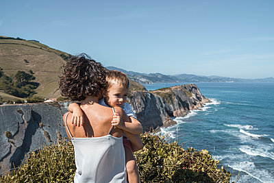 family with 2 children enjoying the beach and cliffs of the Basque country - p300m2257257 von SERGIO NIEVAS