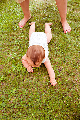 Baby krabbelt auf Rasen - p432m2020250 von mia takahara