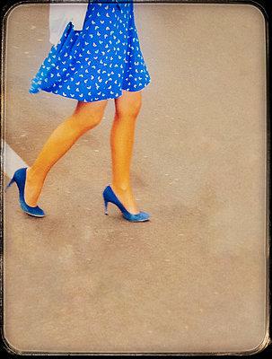 Junge Frau in blauem Kleid - p567m1212533 von Alexis Bastin