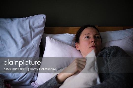 Frau mit Kissen und verträumtem Blick - p1509m2099092 von Romy Rolletschke