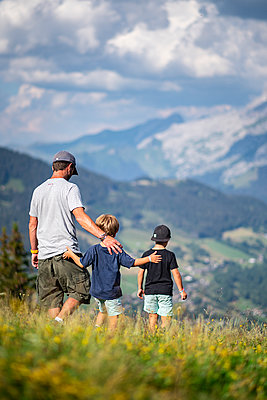 Family goes on a hike in the mountains, France - p1007m2219938 by Tilby Vattard