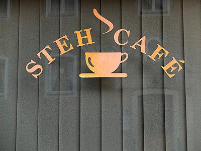 Steh Cafe - p240m1424589 von Valerie Wagner