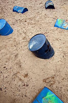 Alte Öltonnen im Sand - p6950029 von Rui Camilo