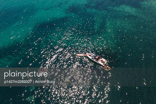 Sonnenbaden auf dem Motorboot - p1437m2283327 von Achim Bunz